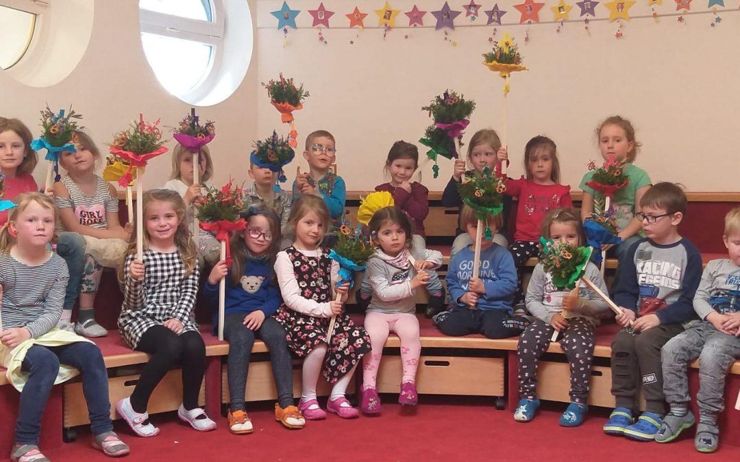 Palmweihe beim Grondl-Kreuz mit dem Kindergarten Amlach
